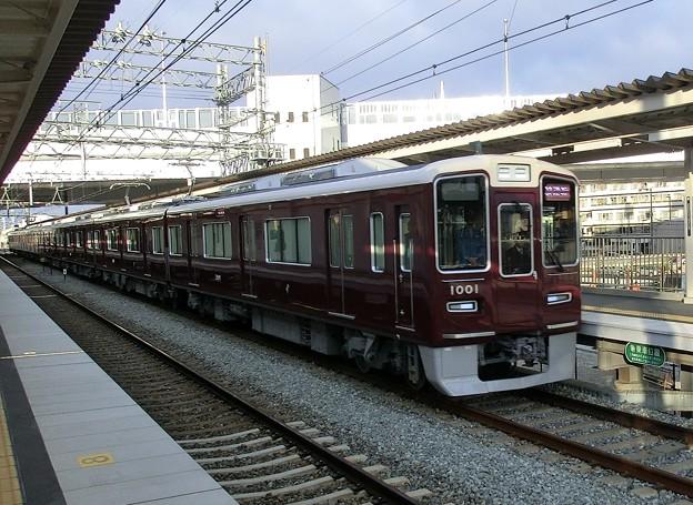 西山天王山駅を試運転で通過する1000系。