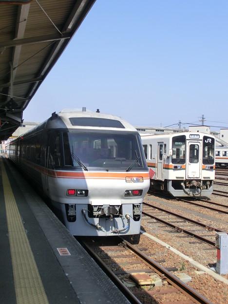 臨時急行『いせ』が伊勢市駅に停車(1)