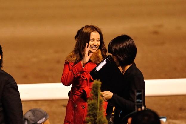 [東京大賞典2013]帰り際の香里奈さんが後ろの客に手を振る