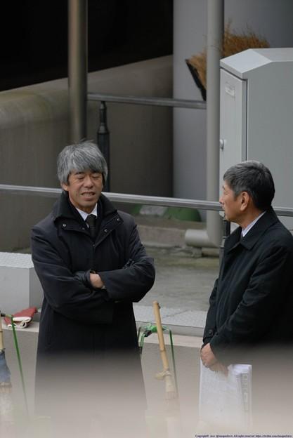 パドックで談笑する藤沢先生に照哉さん