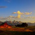 朝日のあたるOld Barn and Teton Range