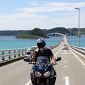 角島大橋でピース