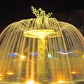 写真: 黄金色の噴水