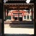 楼門からみた能舞台と本殿