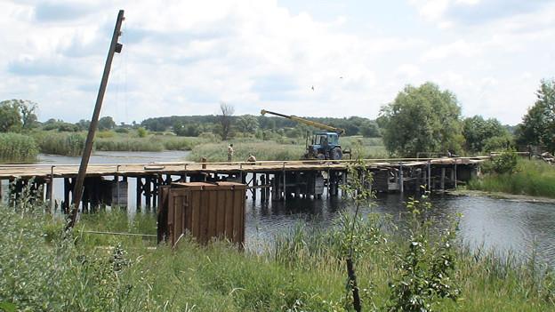 橋の修理をしているウクライナの田舎町