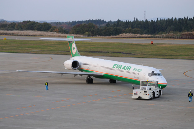 EVA AIRのMD90出発 13-11-04 15-54
