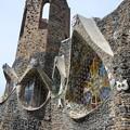 写真: コロニア・グエル教会堂、目のような窓
