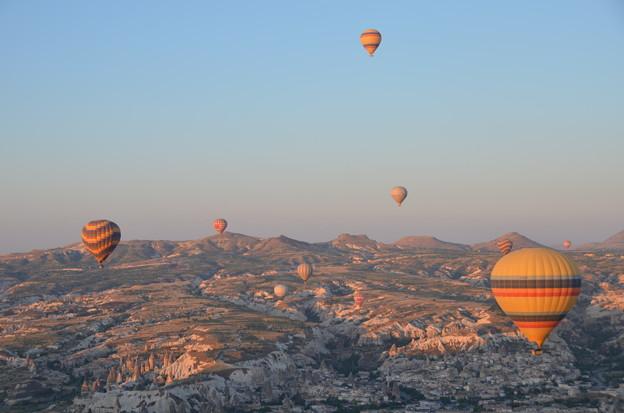 写真: 気球、日の出後