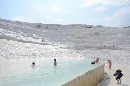石灰棚で温泉する人たち
