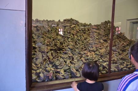 発見された大量の子供の靴たち。もちろんすべてではない