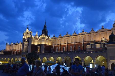クラクフ中央広場。夜遅くまで人通りが多い