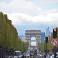 写真: 凱旋門をシャンゼリゼ通りから
