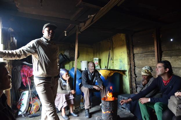 写真: 旧強制黒人居住区ランガ。室内で話を伺う
