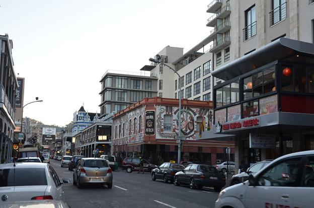 写真: 市内メインの通り。警察が50m置きにいるので割に安心