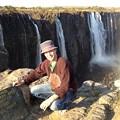 写真: 1メートル先は崖。奥と右側奥はザンビア