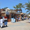 写真: ダハブの街並み。屋台はエジプト名物のコシャリ