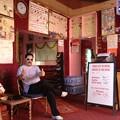 写真: バレンタインインのマスター。客のサングラスをかけてご満悦