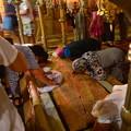 写真: 聖墳墓教会のイエスの亡骸に香油を塗ったとされる大理石版