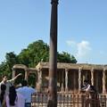 写真: クトゥブ・ミナールの錆びない鉄塔、って錆びとるがな