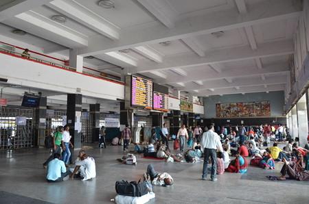 ニューデリー駅。インドではとにかく駅で休んでるひとが多い