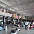 写真: ニューデリー駅。インドではとにかく駅で休んでるひとが多い