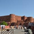 写真: アーグラー城の入口。赤い城壁