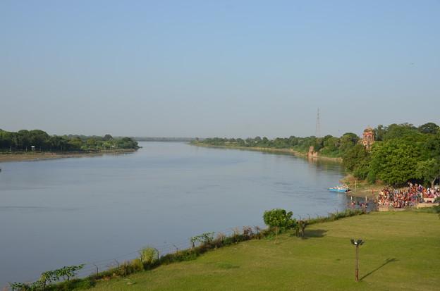 写真: タージマハルの裏手は川になっている。右側のところでガネーシャの祭りをやっているようであった