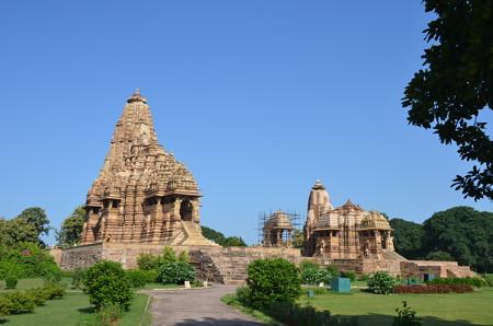 一番大きいカンダーリヤ・マハーデーヴァ寺院(左)