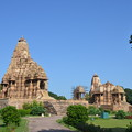 写真: 一番大きいカンダーリヤ・マハーデーヴァ寺院(左)