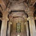 写真: 寺院内部はお祈りのスペース