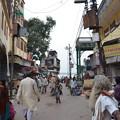 写真: ガンガーへと続く道。雑然としている