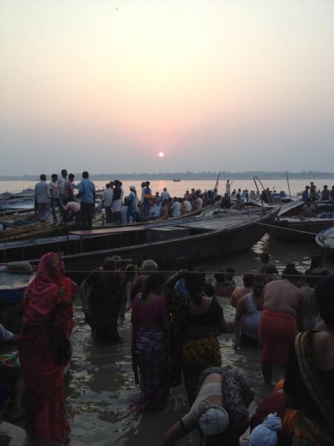 写真: ガンガーの日の出と沐浴するひと