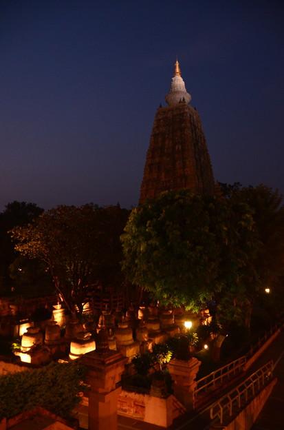 写真: 夜のマハーボディー寺院。たいへん幻想的