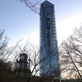 写真: 夕暮れにモニュメントのようにそびえ立つ東山スカイタワー - 4