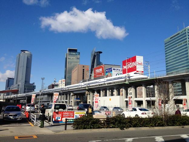 名駅ビル群をバックに走る新幹線 - 1
