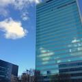 写真: 雲が反射する住友生命名古屋ビル