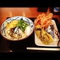 丸亀製麺:とろろ醤油うどんと小エビのかき揚げ&おにぎりのセット + 温泉タマゴとナスの天ぷら