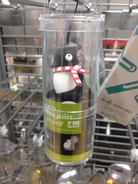 ロフト名古屋で売ってた「これはちょっと…」と言う開け方をするUSBメモリ:ペンギン