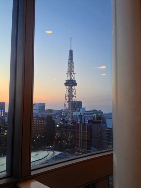 愛知芸術文化センター展望スペースから見た、夕暮れ時の名古屋テレビ塔 - 2