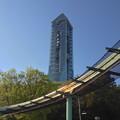 写真: 東山動植物園スカイビュートレインの高架越しに見た東山スカイタワー