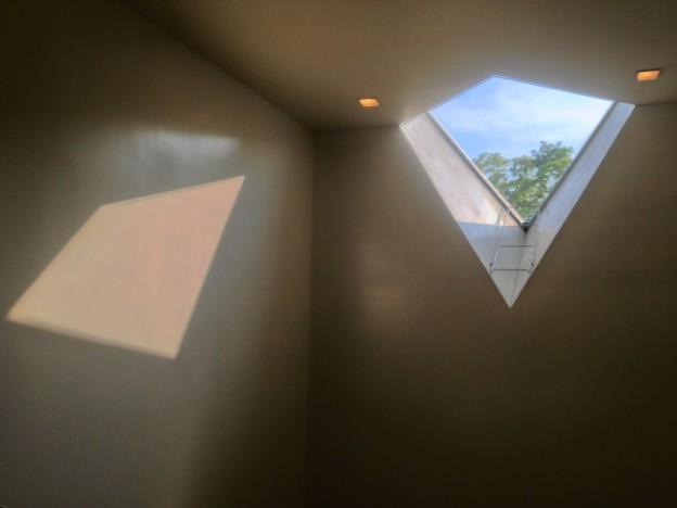 名古屋市美術館内にある菱型の窓 - 3