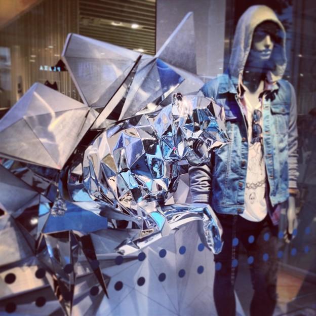 ベルシュカ名古屋栄店:カッコイイ銀色のヒョウのディスプレイ - 2