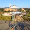 写真: 愛・地球博記念公園:観覧車内から見た、愛知県児童総合センターと休憩所 - 2