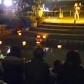 写真: 東山植物園 紅葉ライトアップ 2013:池に浮かばせた花型の灯籠 No - 3