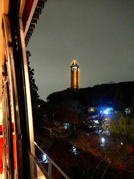 写真: スカイビュートレイン「植物園駅」から見た、ライトアップされた東山スカイタワー - 1
