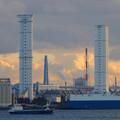 写真: 中部電力 名古屋火力発電所の塔のような建物と船 - 2