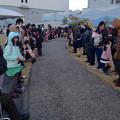 写真: 名古屋港水族館ペンギンよちよちウォーク 2013年12月 No - 05:通路沿いに並ぶ人々