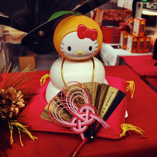県営名古屋空港の土産物コーナーに飾られていた、キティちゃんの鏡餅 - 3
