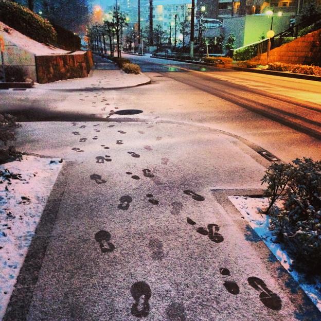 薄っすらと道路に積もった雪、そして足跡 - 03