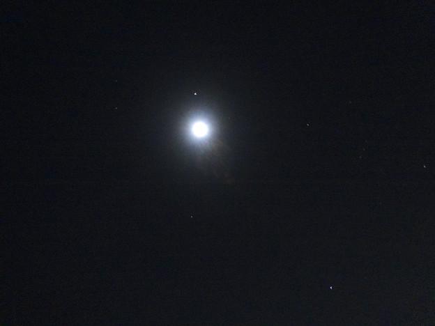 月とその周りで輝く星々 - 2